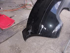 2.バンパーの成形まずバンパーが外れた状態でドライヤーなどを使って、変形したバンパーをもとの形に戻します。バンパーは樹脂なので軽いへこみなどは、熱を加えることによってだいたいの形に戻ります。