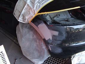 もう一度バンパーを車に取り付け、細かく形にしていきます。何回もつけたり外したりするのはかなりの手間ですが、仕上がりに影響が出るといやなので確実な作業をします。