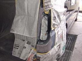 3.パテによる成形作業コーナー部分の曲がりを出すのはけっこう職人作業です。 テールレンズ付く部分も雨漏れしないようしっかり治します。