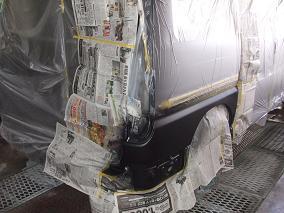 4.塗装作業塗装作業中ですが、車が2トーンの車なので手間も2度かかります。まずは下側の塗装。