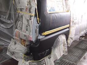 上下下地の塗装ができたのち最終仕上げのクリアーを塗装します。通常は下地塗ってすぐクリアー吹くのですが、2トーンの場合下色塗ってから乾くまで上が塗れないので時間がかなり掛かります。それからまた紙を張りなおしてクリアーの塗装なので結構大変です(T_T)