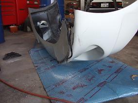 1.修正箇所の確認フロントバンパーをコンビニのブロックに引っ掛けて破損。